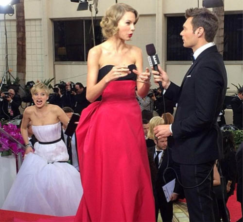 Jennifer Lawrence photobombs Taylor Swift at the Golden Globes