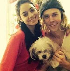 Christmas Morning – Vanessa Hudgens in Flirty Snap with Austin Butler
