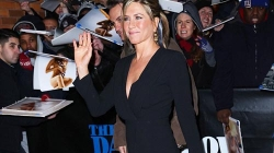 Jennifer Aniston showing shapely legs – The Daily Show with Jon Stewart