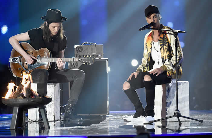 Justin Bieber Gets James Bay's Help Performing Love Yourself & Sorry At The 2016 BRIT Awards!