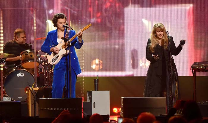 "Stevie Nicks and Harry Styles Passionately Sings ""Stop Draggin' My Heart Around"" to Honor Tom Petty"