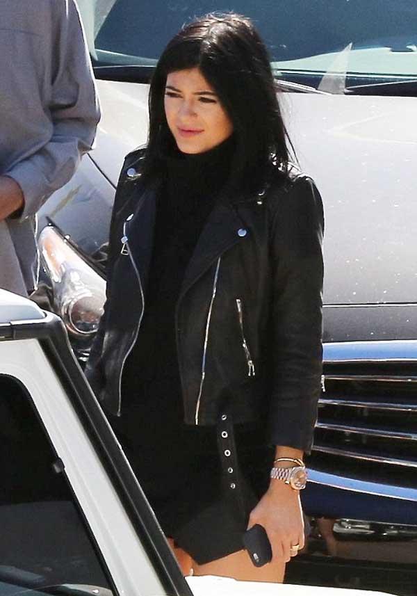 Khloe_Kardashian_checks_