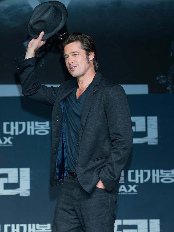 Brad_Pitt_wins_waving_his_hat_