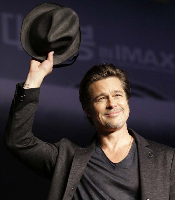Brad_Pitt_wins_waving_his_hat_2